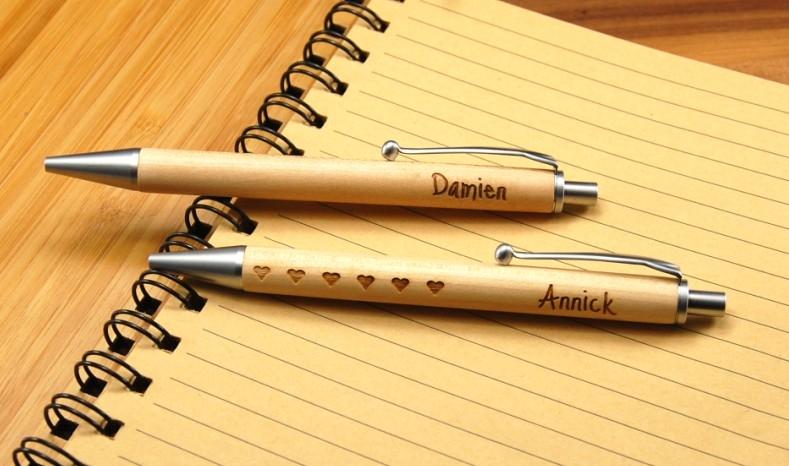 Faites graver un stylo en bois, créer un cadeau unique et original.