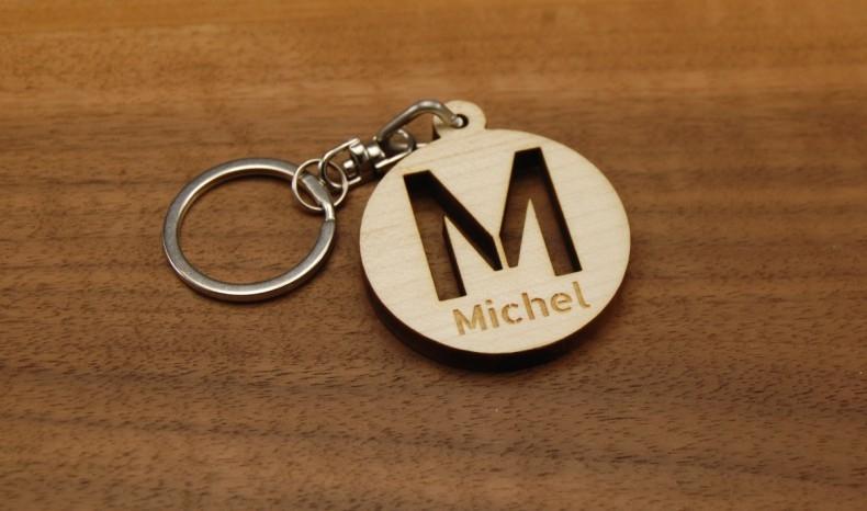 Personnalisez un porte clés initiale stencil, faites découper l'initiale de votre choix et graver le prénom de votre choix.